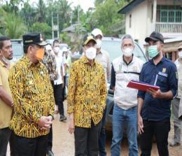 Gubri Syamsuar bersama Wagubri Edy Natar Nasution melakukan peninjauan tugu perbatasan antara Provinsi Riau-Sumbar.