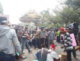 Karyawan PT Ricry demo di depan Gedung DPRD Riau.