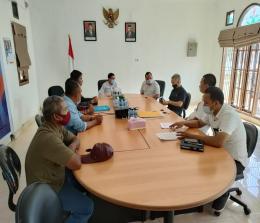 Mantan Bupati Kepulauan Meranti, Irwan Nasir dampingi kepala Desa Pelantai melaporkan warganya yang hilang ke Ombudsman