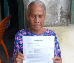 Kotlan Br Harahap (78) warga RT 017/08 Dusun III, Warga Desa Bengkolan Salak, Kecamatan Pendalian IV Koto, kembalikan BLT DD ke pihak desa secara sukarela, karena dirinya merasa sudah dapat BPNT Murni.