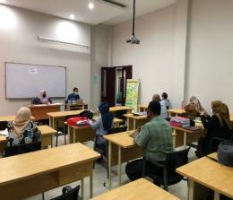 Suasana Ujian Kualifikasi Mahasiswa Doktor Pascasarjana Universitas Islam Riau yang langsung diawasi Ketua Program Studi Prof. Ellydar Chaidir dan Dr. Surizki Febrianto.