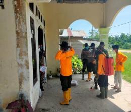 Petugas Subsektor Pekaitan melakukan disinfektan di rumah warga.