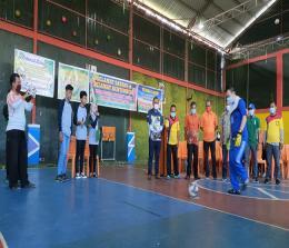 Preskom Harian Metro Riau, Herik Rakasiwa melakukan tendangan perdana pada pembukaan Turnamen Futsal Alumni SMA 1 Bukit Batu.