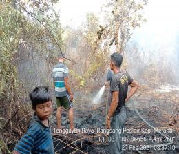 Proses pendinginan yang dilakukan di lahan bekas terbakar Desa Tenggayun Raya, Kecamatan Rangsang Pesisir