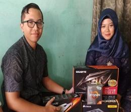 Ervan Pratama saat memberikan hadiah seserahan berupa hardware kepada Tiara di sebuah acara lamaran di Surabaya