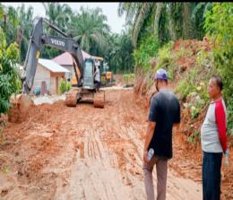 Alat berat milik PT SSL membuka jalan lingkungan Desa Batas Kecamatan Tambusai sepanjang 2 Km dari program CSR.