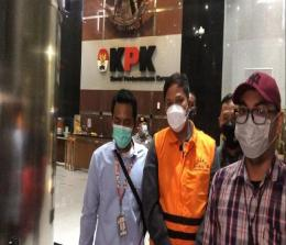 Andi Putra terlihat mengenakan rompi tahanan KPK berwarna oranye dan irit bicara.