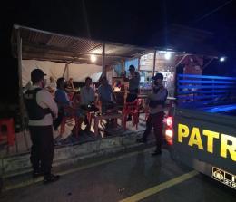 Polisi lakukan patroli sambil mengingatkan kepada masyarakat untuk terus menjaga Kamtibmas dan prokes