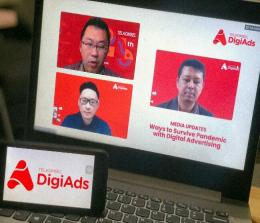 SVP Digital Advertising Banking and Data Solutions Telkomsel Ronny W. Sugiadha (kiri atas), Head of Digital & E-Commerce Johnson & Johnson Alberts Hendrajaya (kiri bawah) dan Manager Media Relation Kurnia Purwanto dalam sesi tanya jawab di acara Media Update