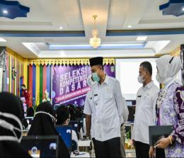Walikota Dumai Paisal memotivasi peserta SKD CPNS sebelum ujian dimulai.