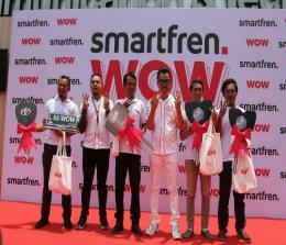 Deputy CEO Smartfren Djoko Tata Ibrahim (berkacamata), bersama VP Integrated Marketing Communications Smartfren, Iqbal Asseweth (kedua dari kiri) berfoto bersama para pemenang hadiah utama Undian Smartfren WOW tahap pertama berupa Rumah, Mobil, dan Vespa.