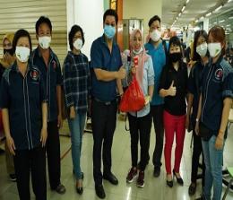 Armanto Lim (Ketua Panitia Bersama Baksos Imlek 2572) didampingi Dr Bebe Gani (Direktur UTD PMI Kota Pekanbaru) dan Panitia menyerahkan buah tangan kepada Pendonor, Sabtu, 16 Januari 2021.