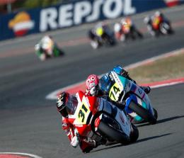 Aksi pebalap binaan PT Astra Honda Motor (AHM) Andi Gilang dan Gerry Salim pada ajang CEV Moto2 European Championship Sirkuit Albacete, Spanyol.