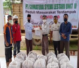 Penyerahan bantuan sembako dari PT. SSL Unit II, Kabupaten Rohul ke masyarakat terdampak covid-19 Desa Pasir Intan, Kecamatan Bangun Purba.
