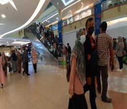 Pengunjung ramai berbelanja di Mal SKA Pekanbaru.
