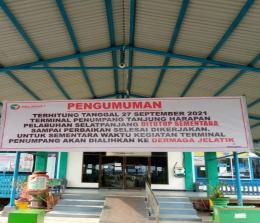 Spanduk pengumuman akan ditutupnya operasional Pelabuhan Tanjung Harapan dan aktifitas kepelabuhanan akan dialihkan ke dermaga pelabuhan Jelatik