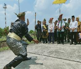 Menteri Pariwisata RI Arief Yahya didampingi Gubri H Syamsuar kunker ke Dumai kedatangannya disambut walikota Dumai Zulkifli AS, dengan atraksi pencak silat persembahan LAM Kota Dumai di bandara Pinang Kampai.