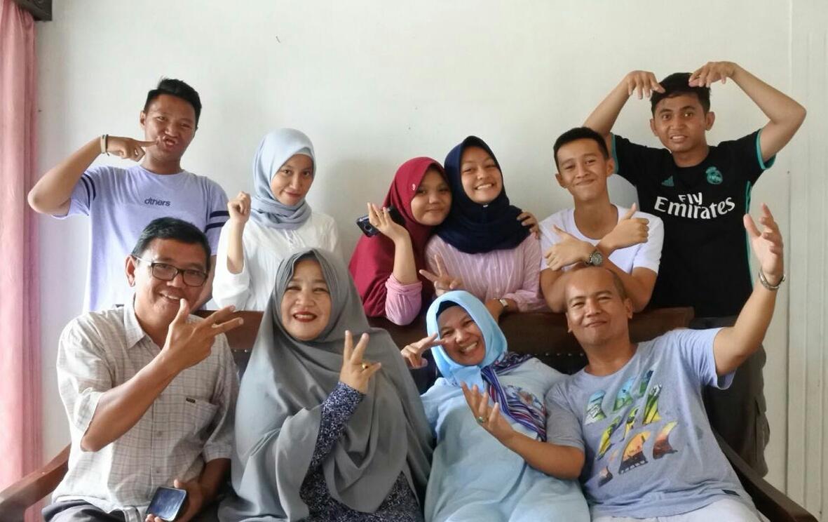 Keluarga besar Asnawie foto bersama disela-sela merayakan lebaran bersama di kampung halaman, Lubuk Akung, Sumbar