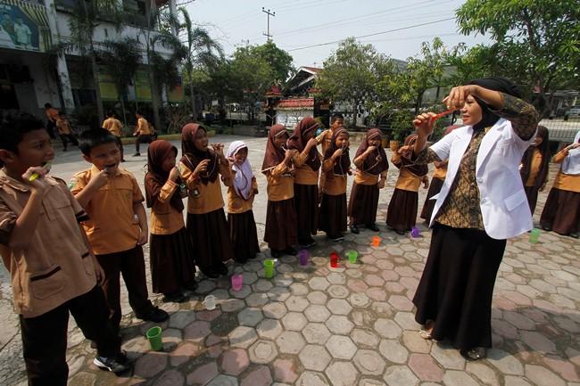 """<div id="""":145"""" class=""""ii gt """"><div id="""":13h"""" class=""""a3s aXjCH m162dd8a4d99f30c9""""><div dir=""""auto"""">Para  pelajar mempraktekkan cara sikat gigi yang baik dan benar didampingi  Dokter gigi dari Dinas Kesehatan Riau di SD Negeri 82 Pekanbaru, Riau,&nbsp;  Kamis (19/4/2018). Penyelenggaraan Usaha Kesehatan Gigi Sekolah (UKGS)  dimaksudkan untuk meningkatkan kemampuan hidup sehat bagi peserta didik  guna memungkinkan pertumbuhan dan perkembangan harmonis dan optimal  menjadi sumber daya manusia yang lebih berkualitas. Foto Wahyudi <br></div><div class=""""adL""""> </div></div></div>"""
