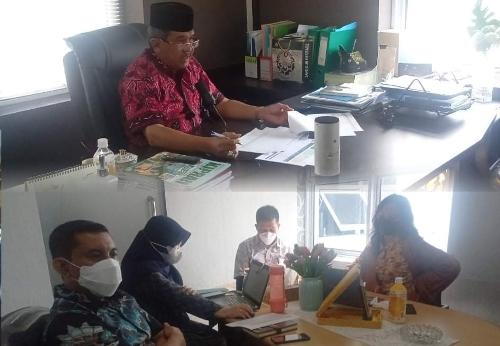 <p>Balai Prasarana dan Permukiman Wilayah (PPW) Riau mengikuti zoom meeting dalam rangka menyiapkan review tengah tahun evaluasi paket tender yang sudah terlaksana maupun yang belum terlaksana di lingkungan Ditjen Cipta Karya Kementrian PUPR, Jumat (18/6/2021).<br /><br />Rapat dipimpin langsung Direktur Kepatuhan Intern, Yuni Erni Aguslin yang diikuti seluruh Balai PPW se-Indonesia. Dari Balai PPW Riau dihadiri langsung Kepala Balai PPW Riau, Ichwanul Ihsan, Kasi Pelaksanaan Wilayah 2, Kasatker Pelaksanaan P3 Riau Yenni Mulyadi serta staf teknis terkait. Foto Ist</p>