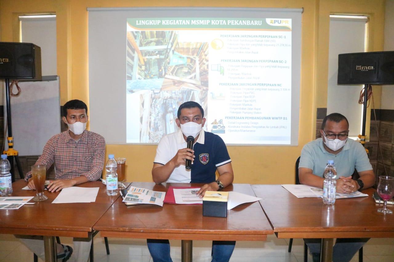 <p>Metropolitan Sanitation Management Investment Project (MSMIP) merupakan kegiatan untuk meningkatkan pelayanan air limbah domestik di 3<br />kota besar di Indonesia yaitu Pekanbaru, Jambi<br />dan Makassar.</p> <p>Program ini diharapkan dapat mereduksi pencemaran badan air dari limbah domestik yang secara langsung dibuang ke lingkungan di setiap kota tersebut.</p> <p>Yenni Mulyadi, Kepala Satuan Kerja Pelaksanaan Prasarana Permukiman Provinsi Riau didampingi Taufik Hidayat (PPK Sanitasi dan Rifky Ichsan, Ketua Tim Direksi Teknis memberikan penjelasan mengenai manfaat dan target penyelesaian proyek pengerjaan Instalasi Pengelolaan Air Limbah (IPAL) di Kota Pekanbaru, Sabtu (25/9/2021).</p>