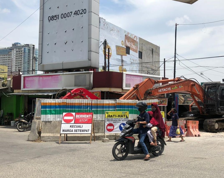 <p>Pengerjaan proyek Instalasi Pengolahan Air Limbah (IPAL) di simpang lampu merah Jl Teratai dan Jl KH Ahmad Dahlan, Kota Pekanbaru kembali dikerjakan. Kegiatan dengan waktu 4-5 hari kedepan ini akan menyambungkan (conecting) pipa dari Jl Teratai ke simpang Jl KH Ahmad Dahlan yang terkendala utilitas kabel Telkom dan provider lainnya. Pihak pelaksana, PT Wijaya Karya (Wika) berharap pengerjaan untuk penyambungan pipa ini berjalan lancar dan sesuai target sehingga kenyamanan masyarakat tidak terganggu akibat dampak proyek.</p>