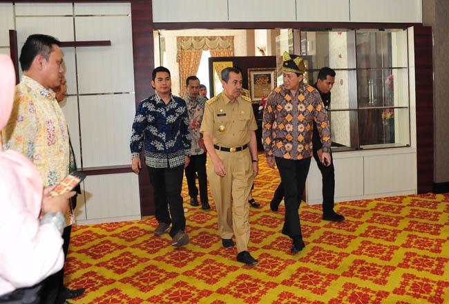 Gubernur Riau H Syamsuar menjemput kedatangan sekaligus mengantar keberangkatan Kepala Badan Ekonomi Kreatif (BeKraf), di VIP Lancang Kuning. <b>FOTO: Humas<br></b><br><br>
