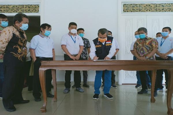 Gubernur Riau H Syamsuar menandatangani sertifikat serah terima dua alat pemusnah barang atau APD bekas Covid-19 (Insinerator) yang diberikan Relawan Pesuli Covid-19 Riau, Sabtu (33/5/2020).