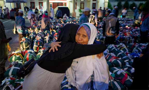 Seorang jemaah haji dipeluk keluarganya saat kedatangan jemaah haji Riau di Gedung Kemenag Kota Pekanbaru, Riau (19/8/2019). Foto: Wahyudi<br>