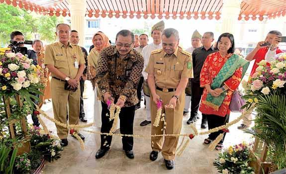 Gubri H Syamsuar hadiri Peresmian Kantor Layanan Teknis Badan Standarisasi Nasional Provinsi Riau di UPT Balai Pelatihan dan Pengembangan Industri Dinas Perindustrian Provinsi Riau. <br><br>